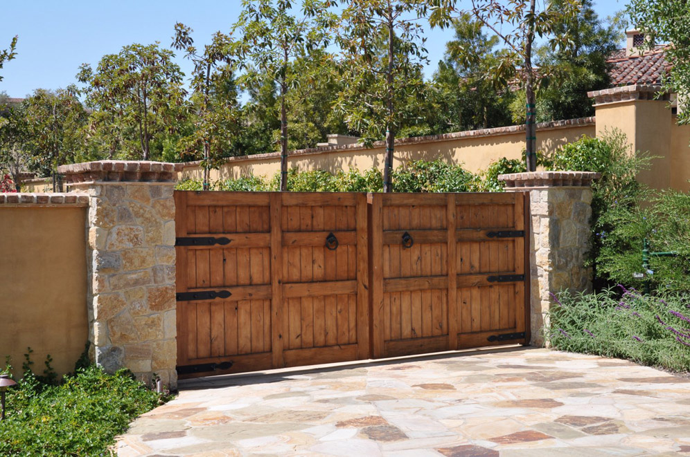 Wood driveway gate for Wooden driveway gates designs
